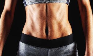 在展示腹部肌肉线条的人物