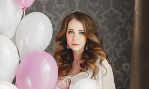 扯着气球的孕妇装美女写真高清图片