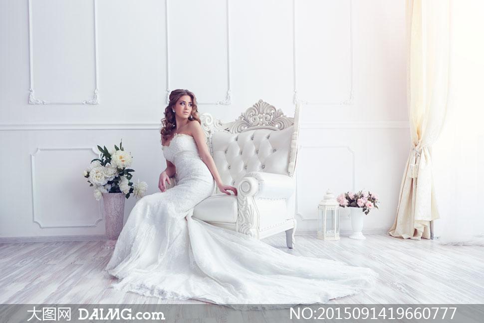 模特新娘抹胸装婚纱礼服秀发长发中分卷发房间沙发