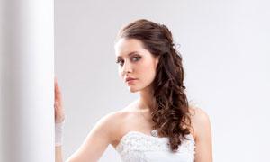 手里拿着花的婚纱美女摄影高清图片