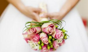 拿在新娘手里的玫瑰花摄影高清图片