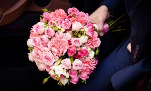 拿在手里的粉红色玫瑰花束高清图片