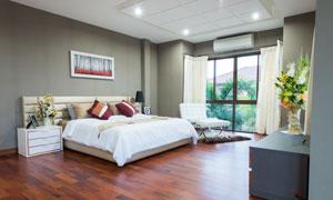 宽敞卧室双人床等家具摆放高清图片
