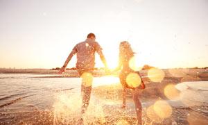 海边奔跑的情侣照片摄影图片