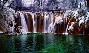 冬季森林唯美的小溪瀑布摄影图片