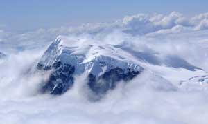 云雾中唯美雪山美景摄影图片