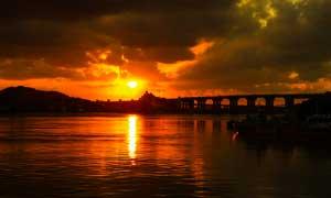 夕阳下的河流和大桥美景风光摄影图片