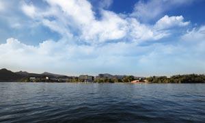 蓝天白云下的湖泊摄影图片