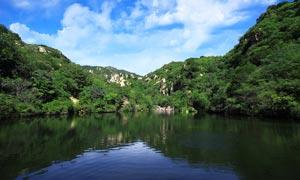 蓝天白云下的山间湖泊摄影图片