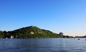 蓝天下的美丽雁栖湖摄影图片