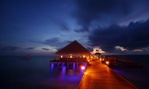 海边度假屋美丽夜景摄影图片