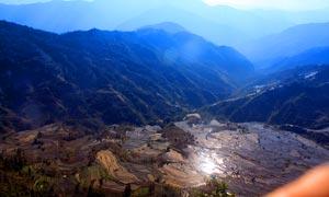 山脚壮观的梯田全景图摄影图片