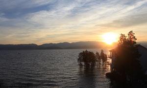 云南洱海日出美景摄影图片