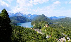 山间唯美的湖泊和山林美景摄影图片