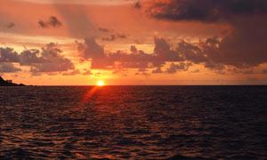 夕阳下的海洋美丽风光摄影图片