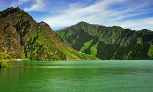 高山下的天池美景摄影图片