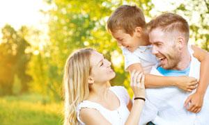 一起外出游玩的一家人摄影高清图片