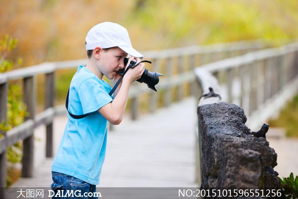 儿童小男孩短袖衫照相机拍照拍摄侧面帽子白色蓝色
