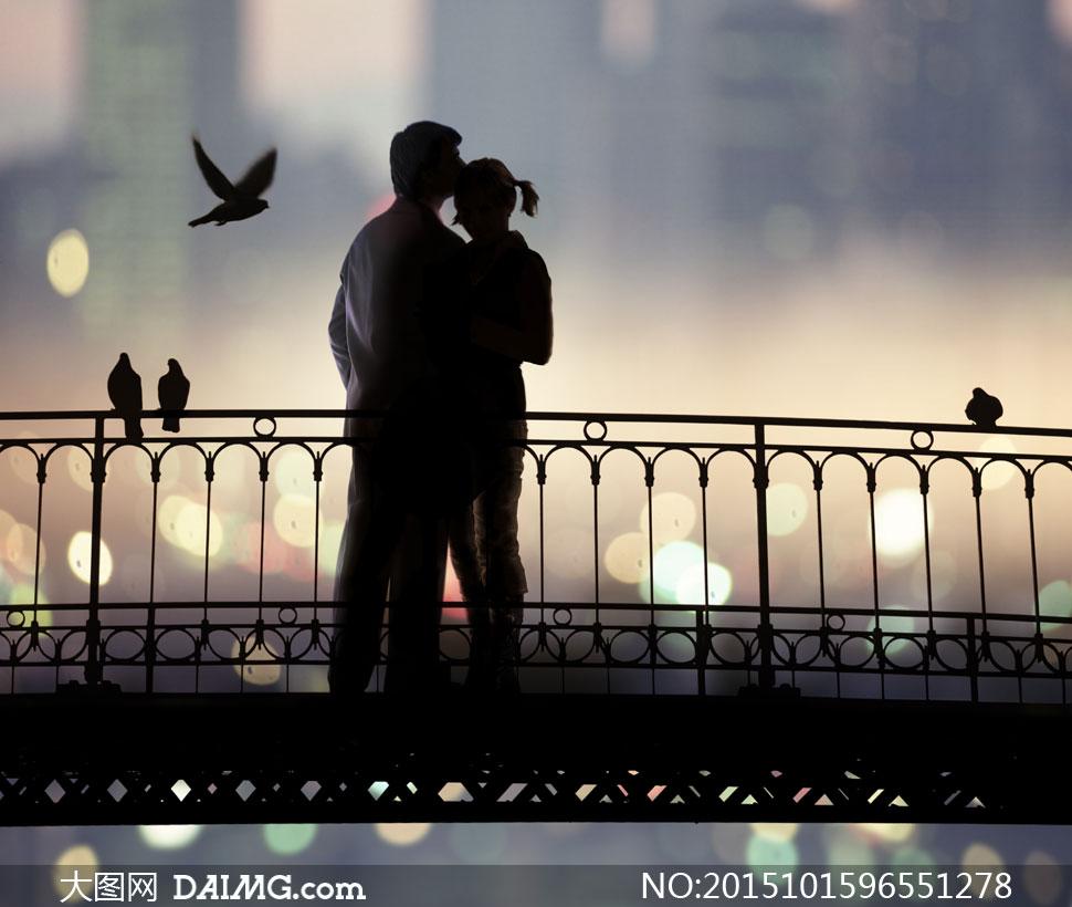 高清大图图片素材摄影人物剪影情侣恋人爱人男女小鸟鸽子夜晚散景朦胧