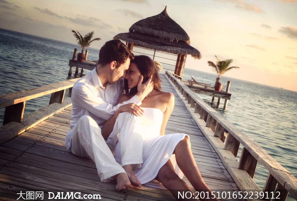 栈桥上的情侣男女人物摄影高清图片