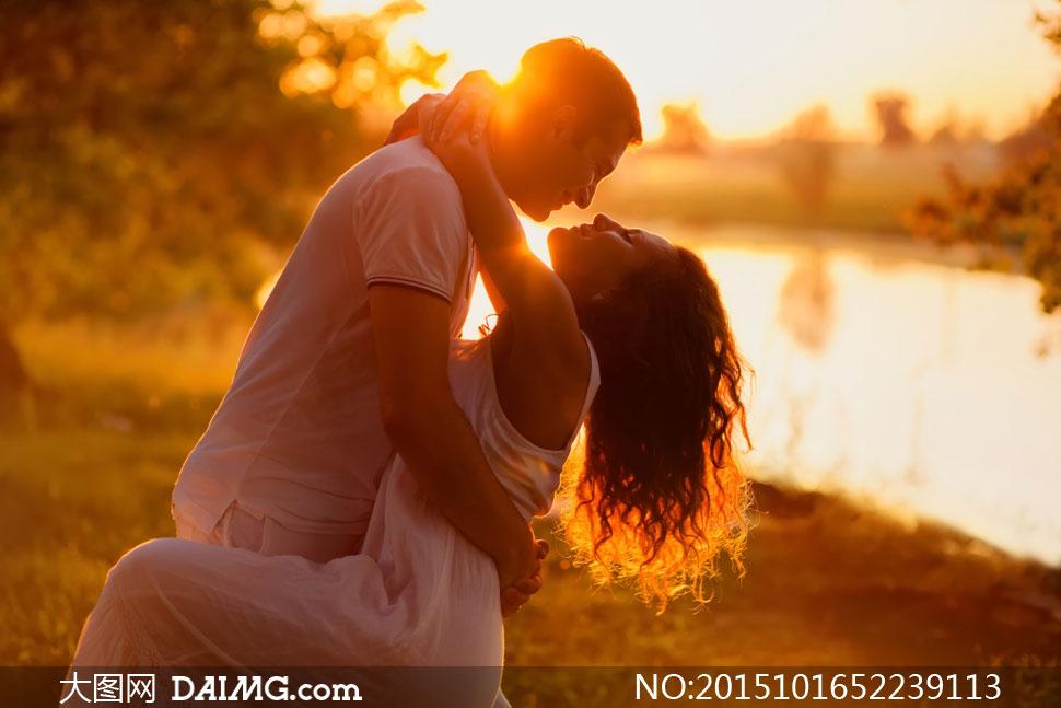 在水边的情侣人物逆光摄影高清图片