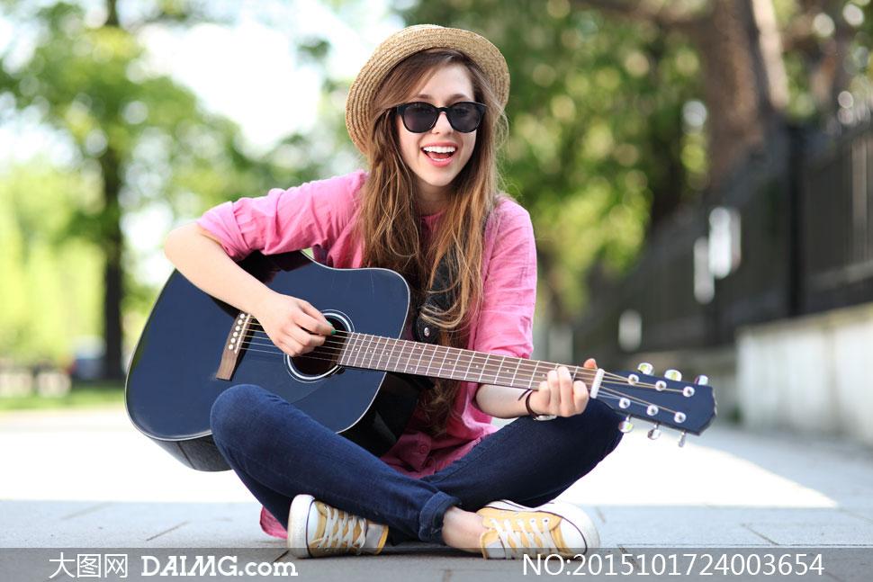盘膝坐着弹吉他的美女摄影高清图片图片