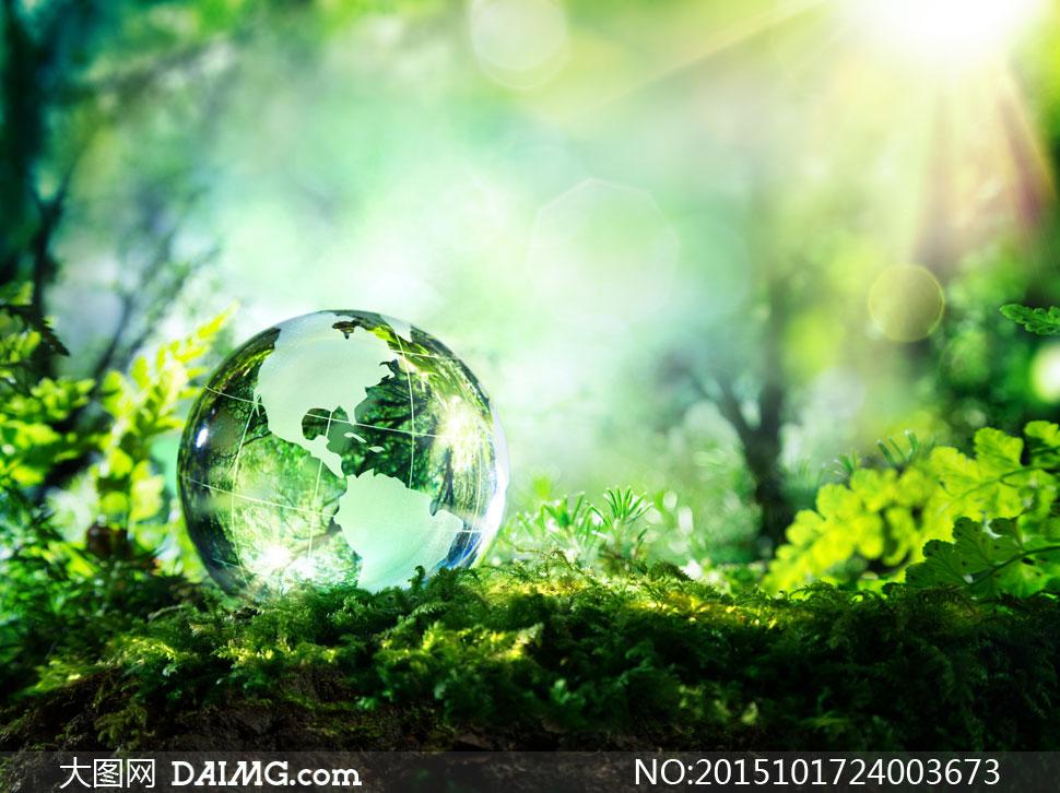 在草地上的地球仪创意摄影高清图片