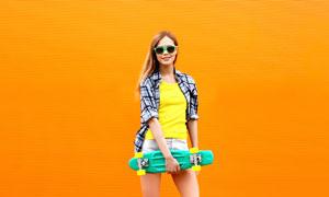 在购物车上的滑板美女摄影高清图片