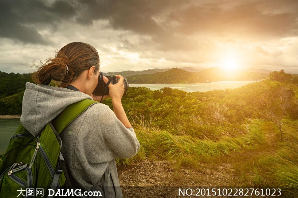 在拍摄自然美景的游客摄影高清图片