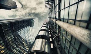 阴沉天气下的城市摩天大楼高清图片