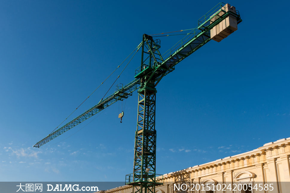 蔚蓝天空与塔式起重机摄影高清图片