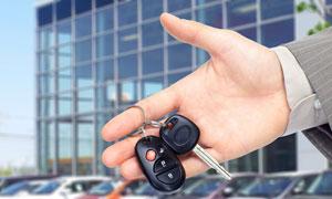 拿在手里的车钥匙特写摄影高清图片