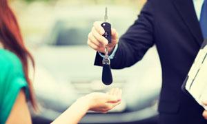钥匙交还到客户手里的场景高清图片