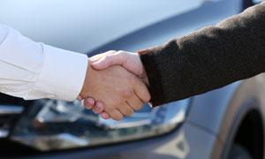 已达成意向的车辆买卖双方高清图片