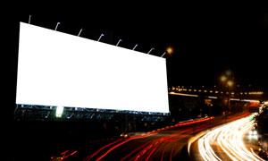 夜晚城市风光与空白广告牌高清图片