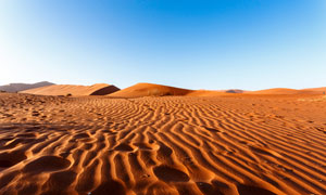 蓝天与绵延不绝的沙漠摄影高清图片