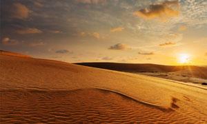 夕阳西下黄昏沙漠风光摄影高清图片