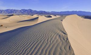 大漠沙丘与连绵的山峦摄影高清图片
