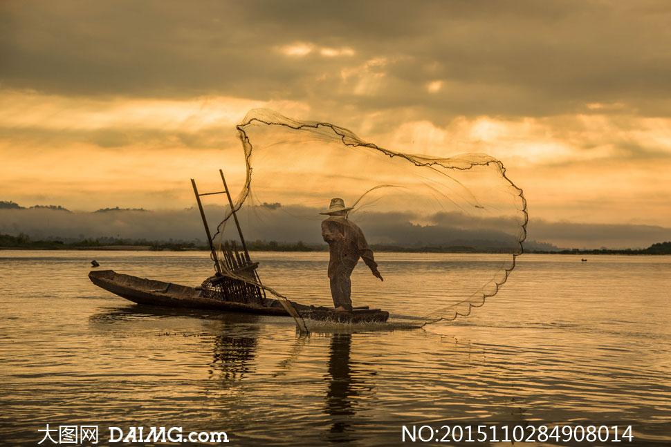 湖面上撒网的渔夫人物摄影高清图片