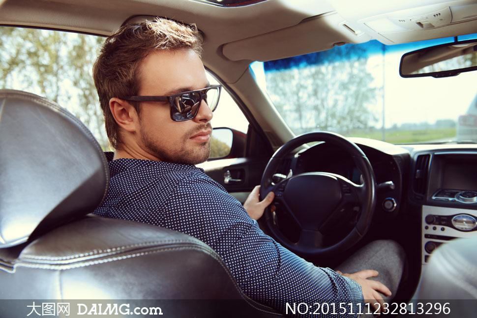 在开车的墨镜司机男人摄影高清图片