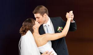在接吻的新娘新郎婚纱摄影高清图片