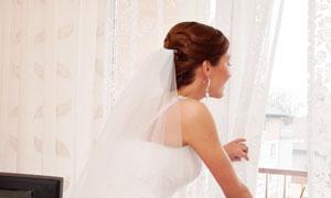 从窗户往窗外看的新娘摄影高清图片