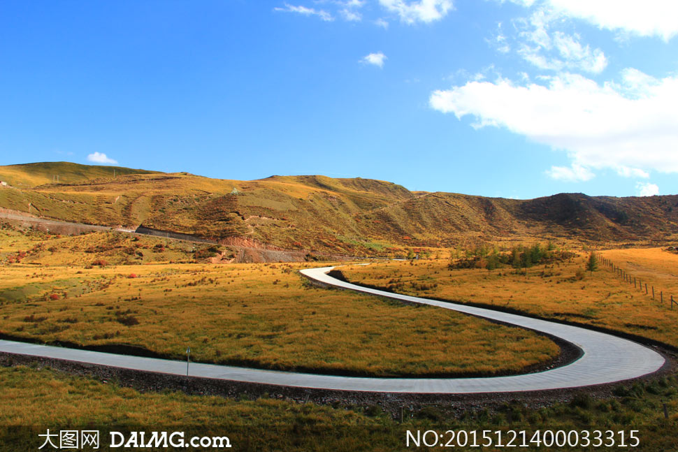 蓝天下的卓尔山风光摄影图片