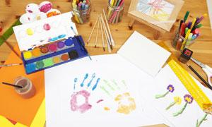 画笔与粉笔等绘画用品摄影高清图片
