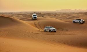 参加沙漠越野赛的汽车摄影高清图片