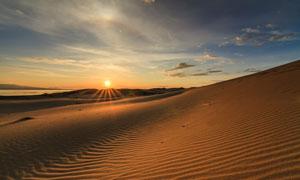 夕阳下的荒芜沙漠风光摄影高清图片