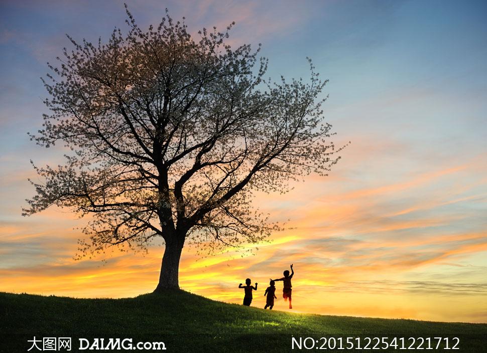 晚霞风光与开心的小孩摄影高清图片