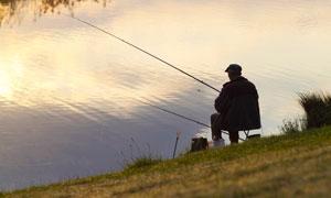 在河邊休閑釣魚的老人攝影高清圖片