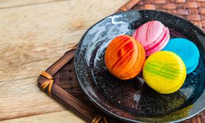 黑色盘子里的圆饼甜点摄影高清图片