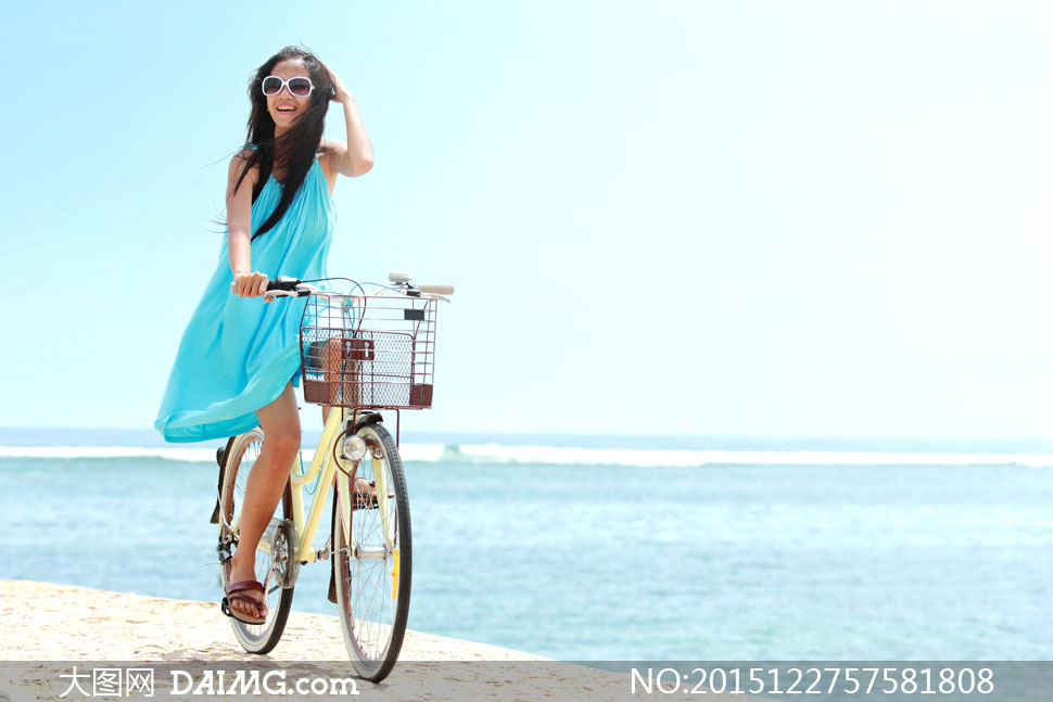 海边骑着单车的吊带裙美女高清图片图片